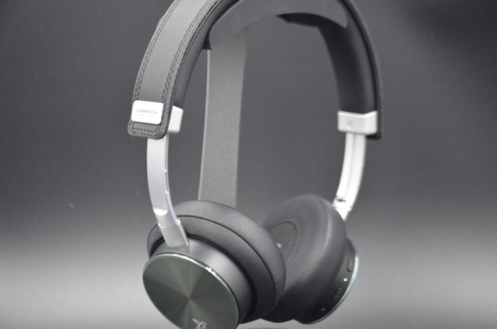 Bild des Kopfhörers auf einem Kopfhörerständer